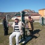 """La Cugir, odată cu venirea primăverii, localnicii au luat cu asalt aparatele de fitness din ,,Activ Parc"""""""