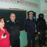 """La școala gimnazială """"Singidava"""" din Cugir a avut loc astăzi o activitate informativă pentru prevenirea şi combaterea violenţei, desfăşurată de jandarmi"""
