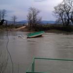 O autoutilitară s-a răsturant în Mureș de pe podul plutitor de la Blandiana. Șoferul este dat dispărut