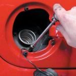Bărbat din Cugir prins după ce a sustras 40 litri de motorină din rezervorul unei autobasculante