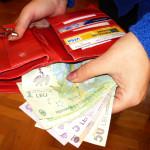 O nouă dovadă de spirit civic, la Cugir: O femeie a găsit pe stradă un portmoneu cu bani şi acte şi l-a predat poliţiei