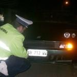 Tânăr din Cugir cu permisul anulat prins de polițiști conducând un autorurism care avea plăcuțe de înmatriculare falsificate