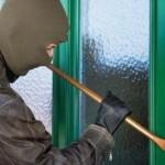 Tânăr din Cugir reținut de polițiști după ce a intrat pe geamul unei locuințe și a sustras un laptop și un router