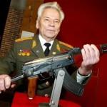 Inventatorul armei automate AK-47, Mihail Kalaşnikov a murit astăzi la vârsta de 94 de ani