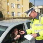 """Șoferiţele din Cugir au fost """"amendate'' astăzi cu… flori de către poliţiştii de la rutieră"""