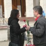 Social-democraţii cugireni au oferit flori pentru doamne şi domnişoare cu ocazia zilei de 8 Martie