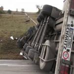 Accident rutier pe A1 în dreptul localității Șibot. Un T.I.R. s-a răsturnat iar două persoane au fost rănite