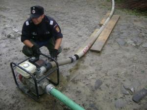 inundatii-pompier-pompa