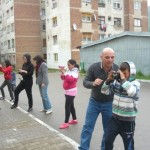 Copiii de etnie romă din Cugir inițiați în arta fotografică de voluntari din Spania și Belgia