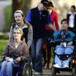 """La Cugir, asistenţii personali – """"mamă"""" şi """"tată""""  pentru persoanele cu handicap grav"""