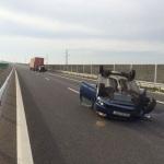 Două persoane au scăpat cu viață după ce autoturismul în care se aflau s-a răsturnat pe A1 în zona Șibot