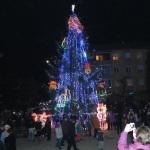 Au fost aprinse luminițele bradului de Crăciun din Cugir