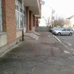 Locuitori din Cugir, nemulţumiţi că nu au trotuare amenajate în faţa locuinţelor