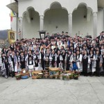 Sute de cugireni au asistat astăzi la ceremonia ducerii pâinii și vinului în biserică pentru sfințirea acestora la Slujba de Înviere