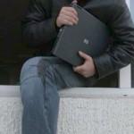 Profitând de neatenția unei tinere, un minor din Cugir i-a sustras acesteia laptopul, de pe terasa unui hotel din Alba Iulia