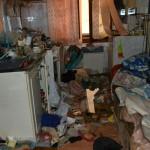 """La Cugir, depozit de obiecte inutile şi gunoaie, eliminat de autorităţile locale din locuinţa unei """"colecţionare"""""""