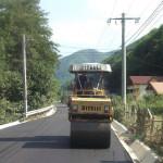 Lucrările de asfaltare de pe strada Râul Mic din Cugir, în stadiu de finalizare