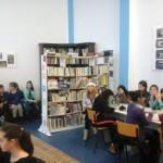"""Elevii Şcolii Gimnaziale Nr. 3 i-au colindat pe colegii lor mai mari de la Colegiul Național """"David Prodan'' din Cugir"""