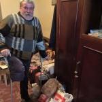 Un tânăr din Cugir, împreună cu alți oameni cu suflet mare, au reușit să-i facă sărbătorile fericite unui bărbat care și-a pierdut un picior și nu are pe nimeni
