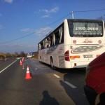 Două persoane au ajuns la spital după ce un autocamion a acroșat un autocar care staționa pe marginea DN7, lângă Tărtăria
