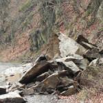 Cugirenii solicită eliminarea bucăţilor de piatră care blochează drumul de pe Râul Mare
