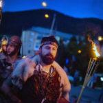Paradă cu daci, romani, gladiatori şi nimfe, teatru, fotografie şi muzică de cameră, în prima zi a Festivalului Cetăţilor Dacice de la Cugir