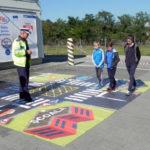 Circa 50 de copii au aflat cum să circule în siguranță, în cadrul lecției interactive ținută de polițiștii rutieri în parcarea Lidl din Cugir
