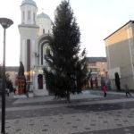 Brad de Crăciun de 14 metri înălțime, instalații luminoase și căsuțe din lemn, amplasate în centrul orașului Cugir
