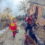 Pentru a salva viața unui bărbat de 63 de ani din Murgești, un echipaj SMURD din Cugir s-a luptat 3 ore cu nămeții pentru a-l putea transporta la spital
