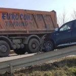 Coliziune între o basculantă și un autoturism pe DN 7, lângă Tărtăria