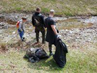 """Peste 100 de saci de gunoi au fost colectați de pe malurile Râului Cugir, în cadrul acțiunii de ecologizare organizată de Asociația """"Lupii Sigidavei"""""""