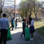 """100 de elevi de la Școala Gimnazială """"Singidava"""" au participat la o acțiune de curațenie, în mai multe zone din orașul Cugir"""