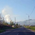 O fabrică de prelucrare a lemnului, situată la întrarea în oraș, degajă în aer un nor gros de fum care se răspândeşte până aproape de centrul Cugirului