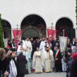 """În prezența Înaltpreasfințitului Arhiepiscop Irineu, a fost sfințită Biserica Ortodoxă """"Sf. Mare Mucenic Gheorghe"""", din Cugir"""