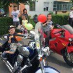 """Motocicliștii de la Clubul """"Lupii Sigidavei"""" au adus zâmbete pe fețele copiilor din Cugir"""
