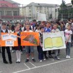 """Peste 150 de elevi au celebrat simbolic cartea, în cadrul proiectului educațional """"Marșul Școlilor și al învățăturii"""", derulat la Cugir"""