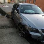 Șoferul unui BMW a ratat o curbă la Pianu de Jos și a lovit cu mașina un stâlp, iar mai apoi s-a oprit într-un cap de pod