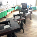 Trei mașini vechi de cusut, donate de cetățeni, pot fi admirate la Muzeul din Cugir