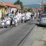 Ultima zi a Festivalul Naţional de Dansuri şi Tradiţii Populare de la Vinerea – Cugir a fost deschisă de o grandioasă paradă a portului popular