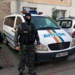 Dosare penale pentru patru bărbați din Cugir, după ce l-au agresat și lovit pe clientul unei benzinării de pe raza orașului