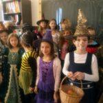 Vrăjitoare, Zâne, Cenușăreasa, Scufița Roșie, Albă ca Zăpada și Albinuța prezente la Halloween-ul toamnei desfășurat la Școala Gimnazială Nr. 3 Cugir