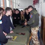 """Expoziții de tehnică militară, filmulețe, reviste și broșuri la Colegiul Național """"David Prodan"""" din Cugir, cu prilejul """"Zilei Armatei Române"""""""