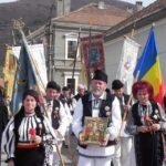 300 de cugireni au participat la Sărbătoarea Păștenilor, un obicei care de peste șapte decenii se păstrează cu sfințenie în Miercurea Mare la Cugir și în Joia Mare la Vinerea