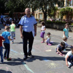 """Concurs de desene pe asfalt organizat la Cugir, de Inspectoratul de Poliție Județean Alba, sub solganul """"O lume de copii – o lume sigură!"""""""
