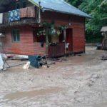 Mai multe case de vacanță și porțiuni de drum de pe Râul Mic din Cugir, afectate de viiturile provocare de furtuna de ieri seară