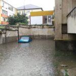 Mai multe străzi din Cugir au fost inundate, în urma ploii torențiale căzute în această după-amiază