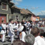 Paradă a portului popular, în deschiderea ultimei zile din cea de-a VII-a ediție a Festivalul Naţional de Dansuri şi Tradiţii Populare de la Vinerea – Cugir
